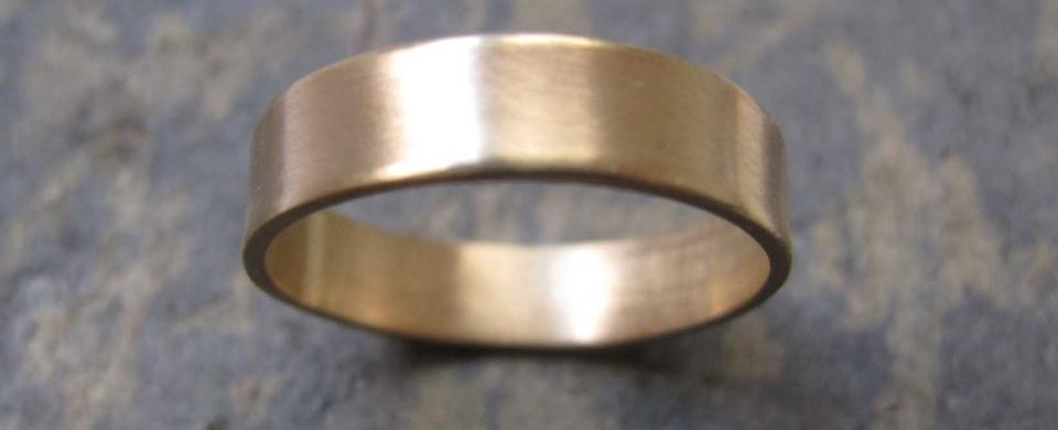 Men\'s thick gold band wedding ring | London\'s Artist Quarter